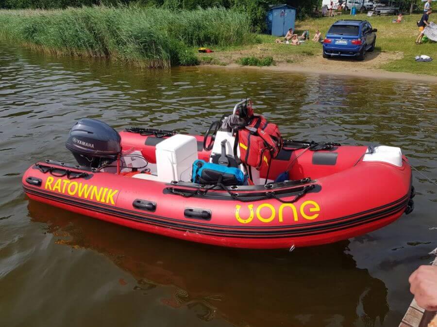 Czerwona łódź rib marki Uone
