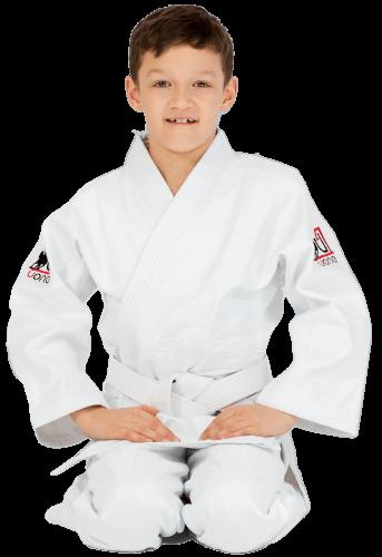 Chłopiec siedzący w białej judodze