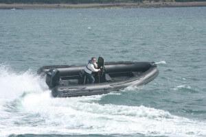 Czarna łódź RIB