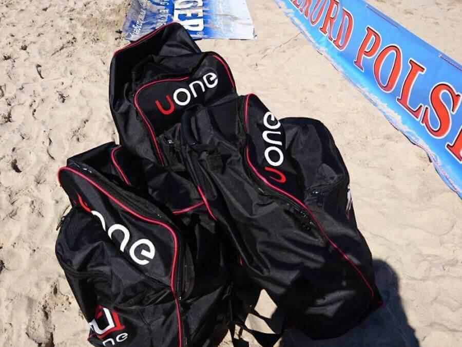 Czarne plecaki do deski sup marki Uone