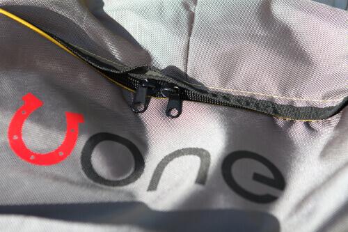 Logo na plecaku do deski sup Uone